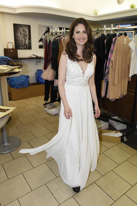 V muzikálu Láska nebeská se objeví i ve svatebních šatech.