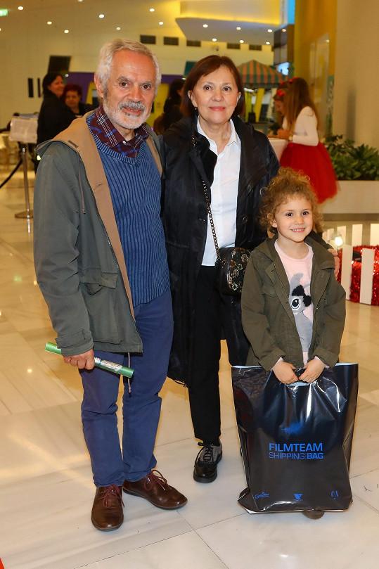 Lenka Termerová s manželem a vnučkou na slavnostní premiéře příběhu studia Disney Louskáček a čtyři říše.