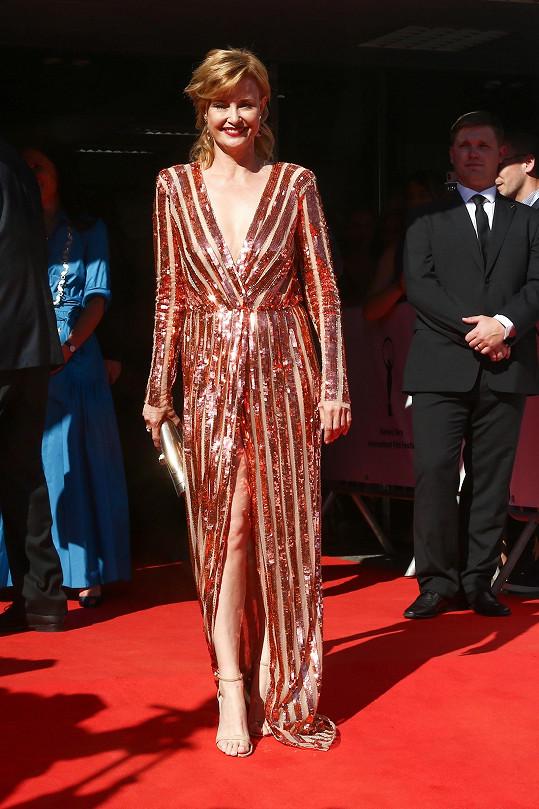 Jitka Schneiderová v šatech Elisabetta Franchi na zahájení filmového festivalu v Karlových Varech