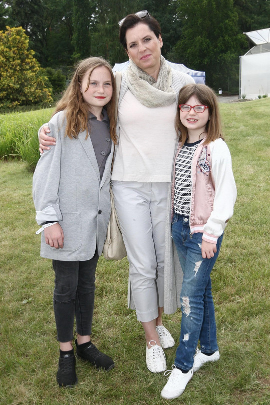 Herečka Bára Kodetová s dcerami Violetou a Sabinou