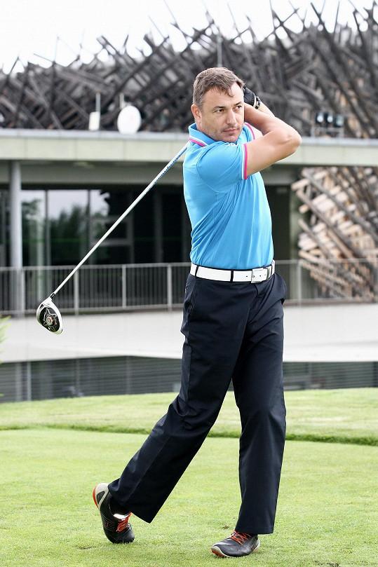Dnes je vášnivým golfistou.