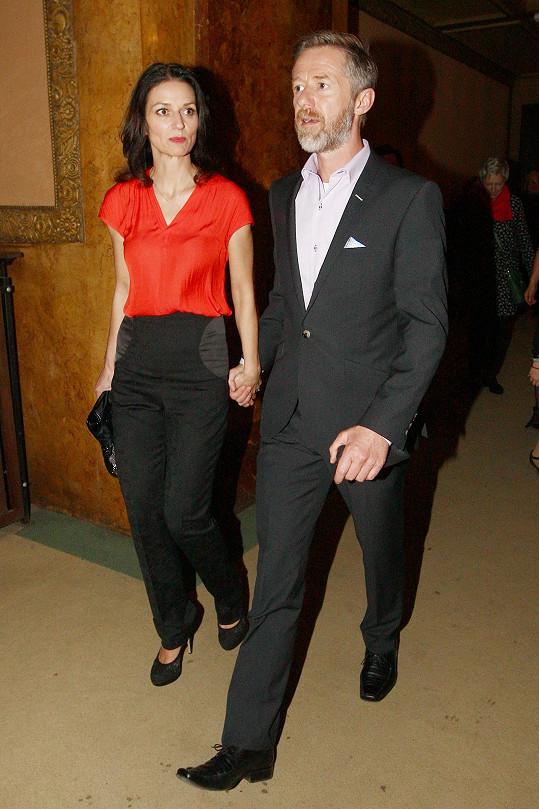 Na premiéru herce doprovázela i jeho partnerka Adéla Gondíková.