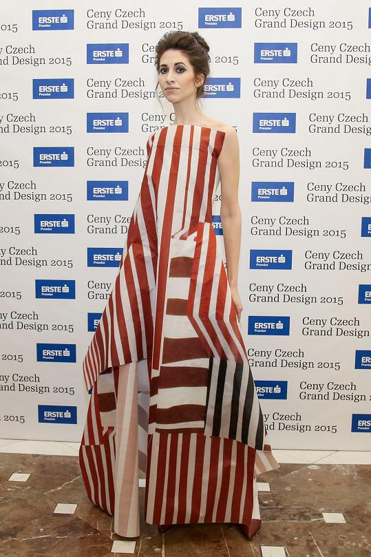 Vedle Iny T. nebylo radno škrtnout sirkou. Blogerku pro tento večer oblékla její dvorní návrhářka Liběna Rochová do modelu z papíru, který jí na míru dotvořila ještě v den konání akce.