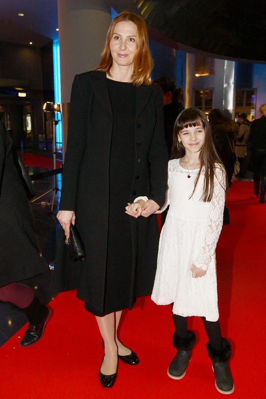 Charlotte přišla na premiéru v doprovodu své matky Ivany.