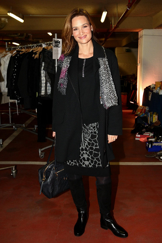 Klára Doležalová se sice spolehla na obligátní černou barvu, díky nápaditě řešené úpletové sukni a šedivé šále celek nepůsobí nudně.