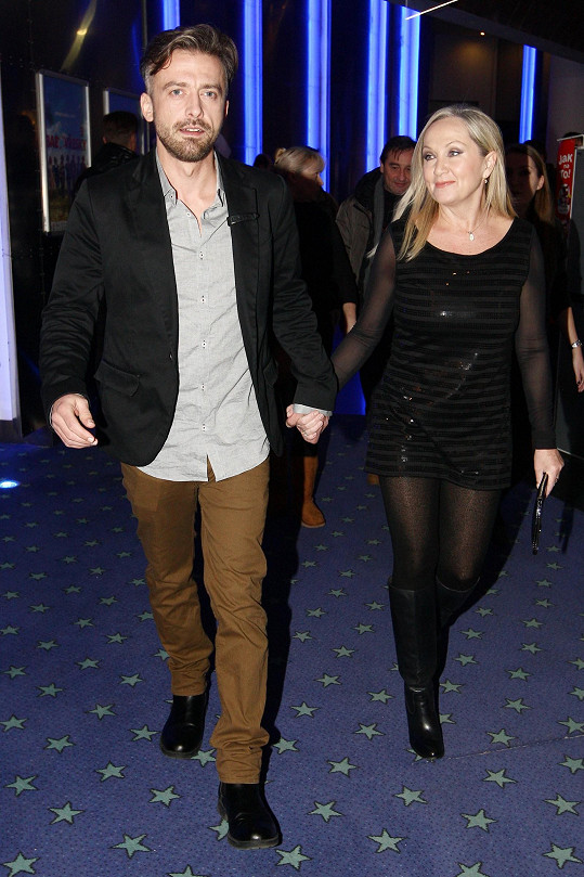 Bára Basiková a Petr Polák dorazili ruku v ruce na premiéru filmu Babovřesky 3.