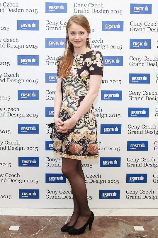 Marie Doležalová sáhla po koktejlkách s kalejdoskopovým vzorem. Tak slavnostní příležitost, jako je udílení cen Czech Grand Design, by si ale zasloužila honosnější šaty. Tohle není glamour, jak stálo na pozvánce.