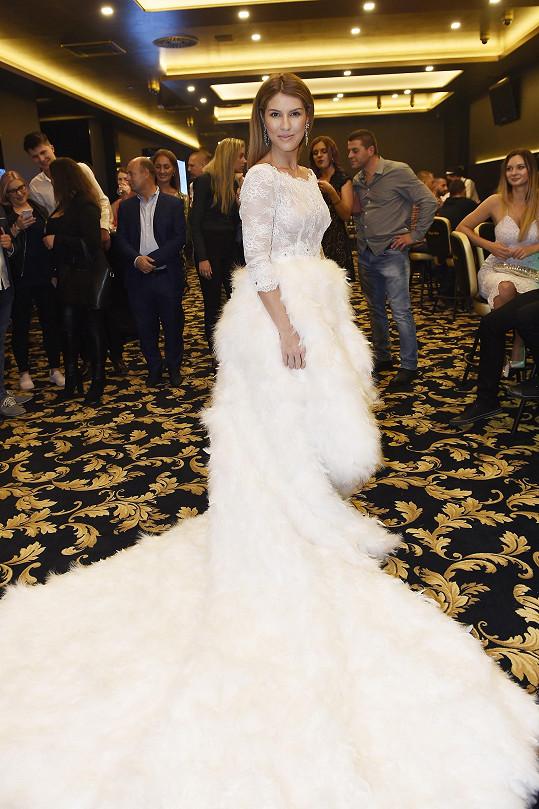 Victoriiny šaty byly nahoře z průsvitné krajky, sukně je z husího peří.