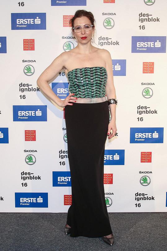 Jednou z mála žen, které oblékly klasickou velkou večerní, byla herečka Zuzana Stivínová. Všimněte si, jak úlohu šperku v tomto případě suplují designové brýle.