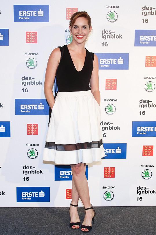 Hana Vagnerová v nesmrtelné černobílé kombinaci. Nic příliš komplikovaného, ale za pozornost jistě stojí detail lemu sukně s transparentním řešením.