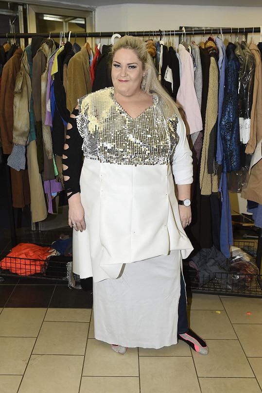 Kostymérky jí musí šaty stále zužovat.