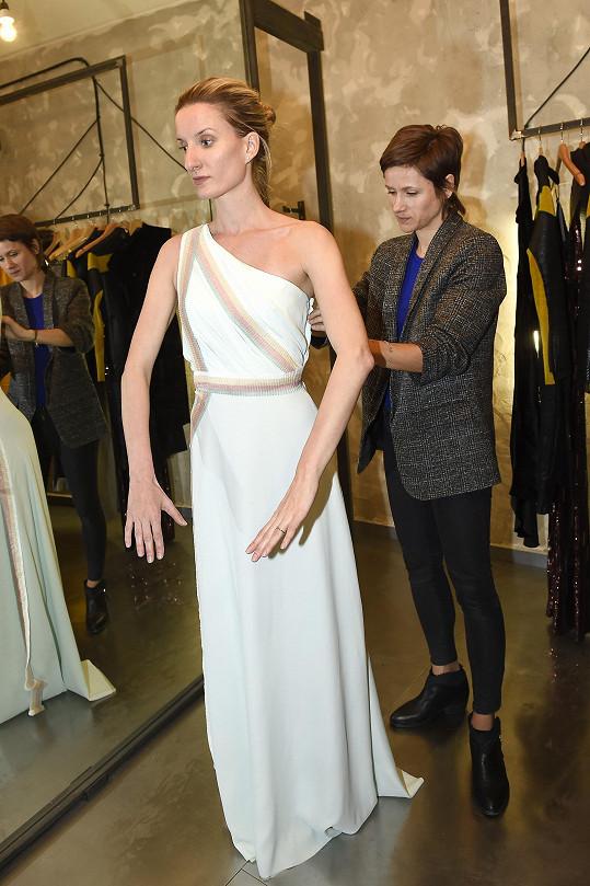 Moderátorka oblékne šaty v mentolovém odstínu.