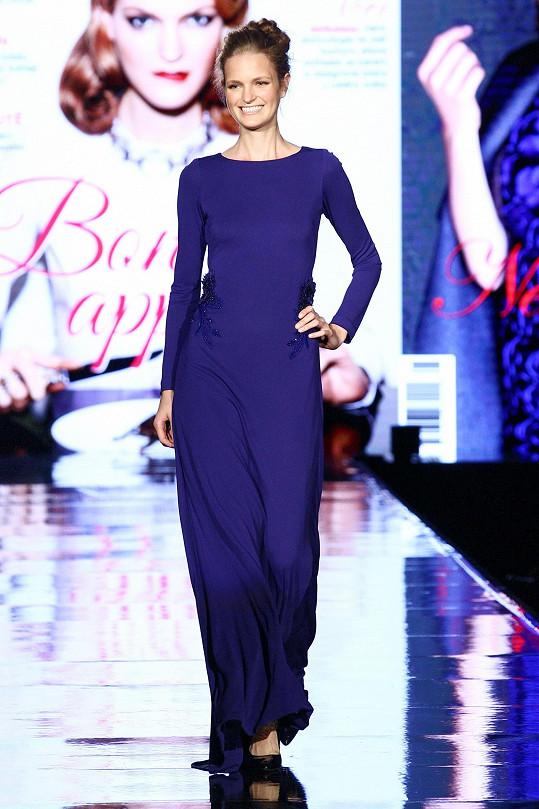 Magda Langrová na mole během soutěže modelek Schwarzkopf Elite Model Look v toaletě Badgley Mischka ze salonu Windsors.
