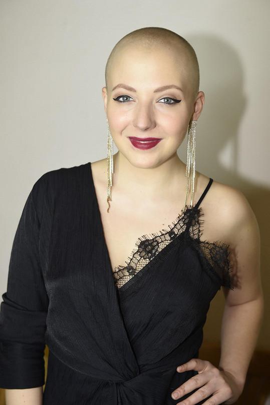 Nebála se během chemoterapií ukázat s holou hlavou.
