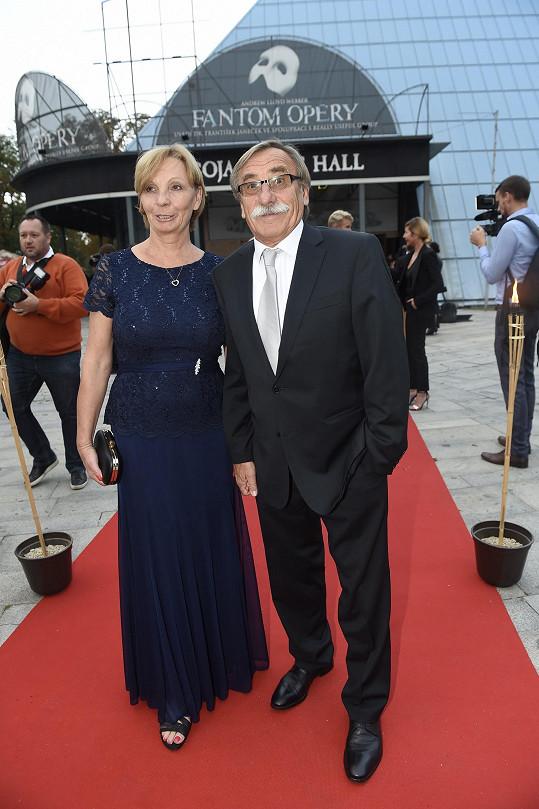 Pavel Zedníček s manželkou Hankou Kousalovou. Kravata je nevhodná, měl si vzít jiný oblek a motýlka.