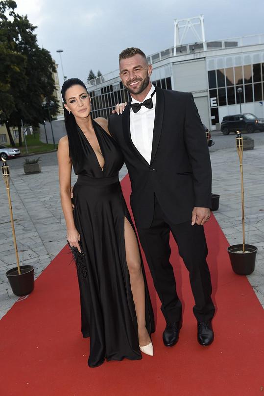 Andrea Pomeje s partnerem Petrem vyrazili na premiéru Fantoma opery.