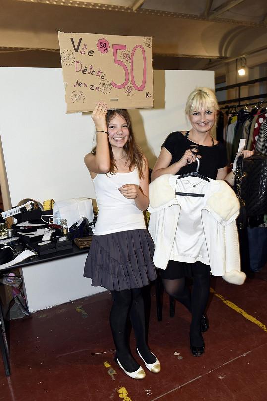Bára s dcerou Bibianou, která taky věnovala věci ze svého šatníku.