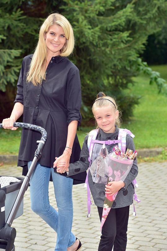Iveta Vítová vedla dceru Anetku do školy.