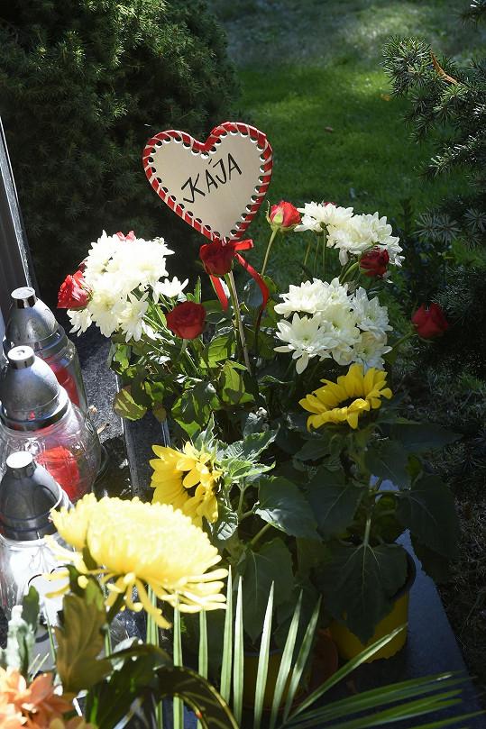 U hrobu zpěváka se hromadí květiny i drobné dárky.