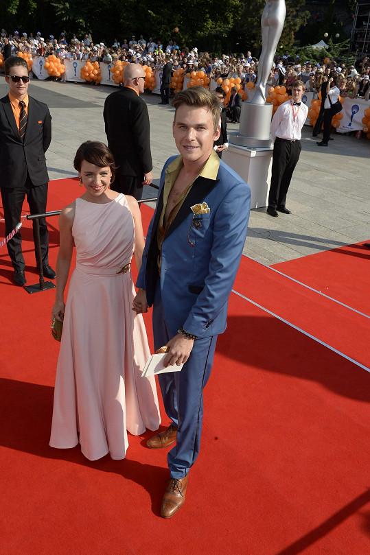Táňa Vilhelmová s Vojtou Dykem na zahájení karlovarského filmového festivalu.