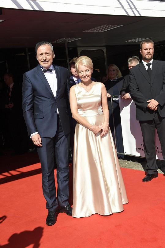 Na červeném koberci letos nechybí ani Martin Stropnický s manželkou Veronikou Žilkovou.