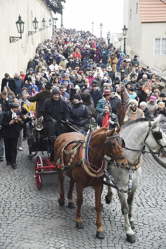 Průvod vedený koňským spřežením šel z Hradčan až na Staré Město.