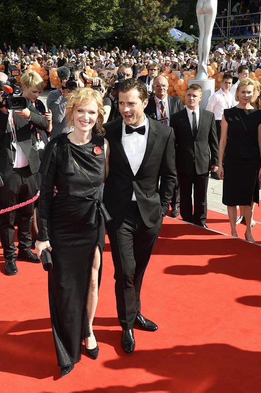 Aňa Geislerová v šatech Versace a Jamie Dornan