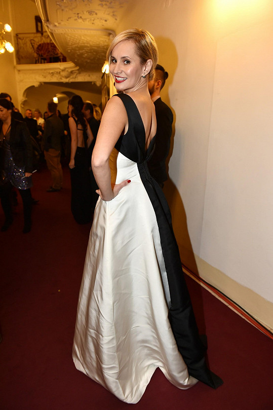 Šaty, půjčené z módního domu Dior, se trochu mačkaly.