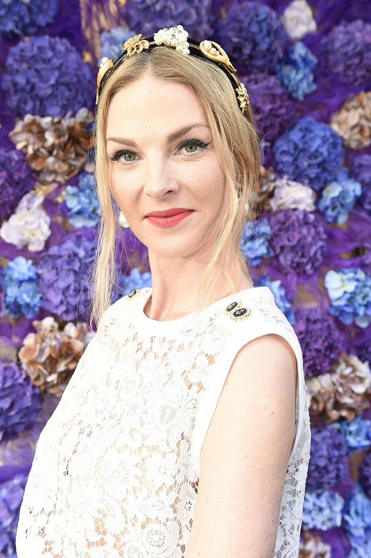 Na hlavu nasadila těžkou čelenku Dolce a Gabbana.