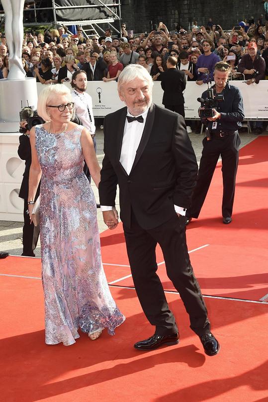 Miroslav Donutil s manželkou na červeném koberci openingu karlovarského filmového festivalu