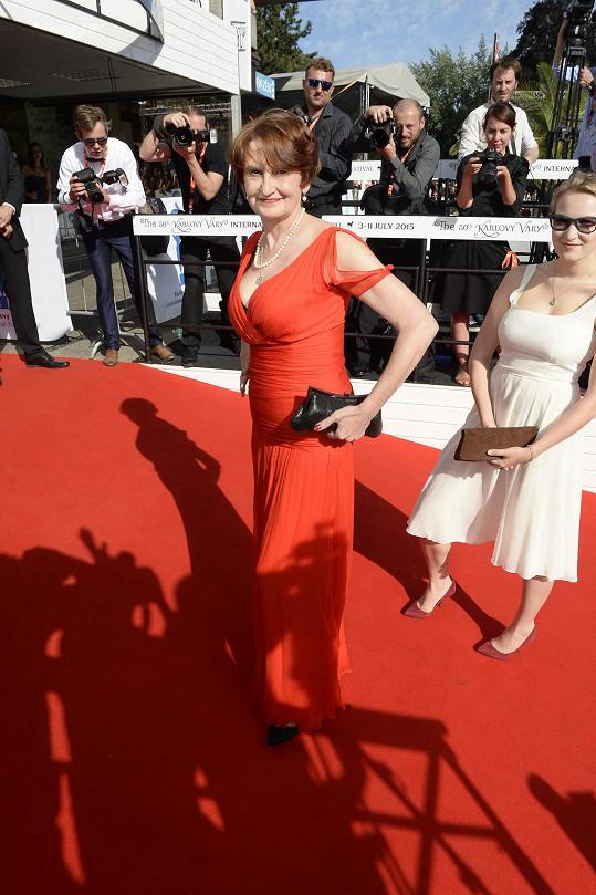 Eva Holubová výrazně zhubla a mohla si dovolit těsné rudé šaty.