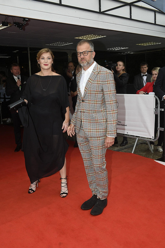 Lenka Krobotová na závěrečném večeru karlovarského filmového festivalu s novým přítelem.