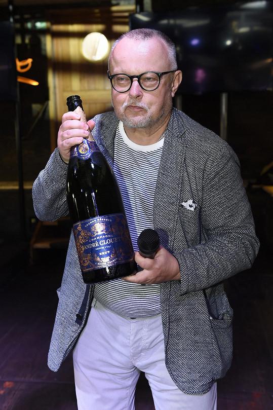 Klip se zapíjel pravým šampaňským.