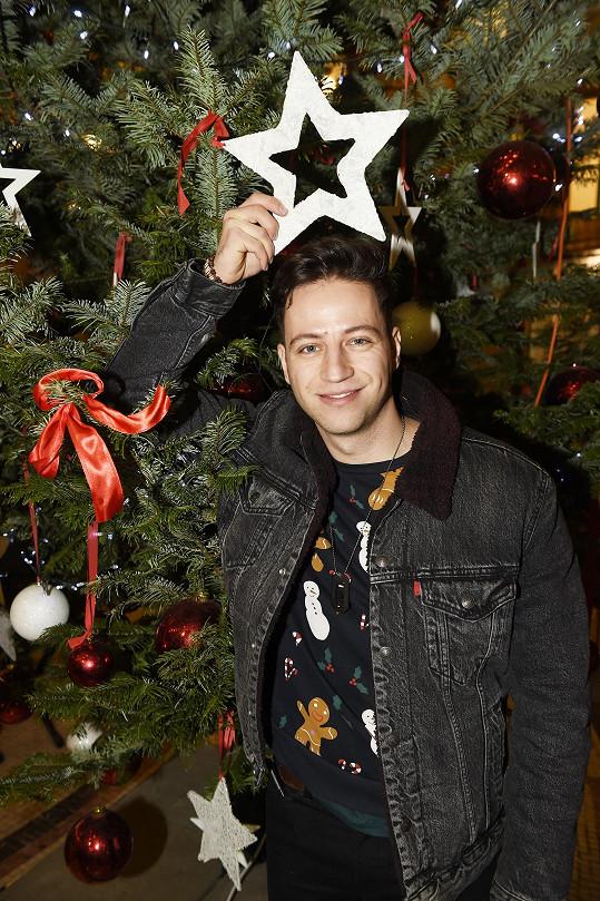 Herec na vánočním trhu, který se každoročně pořádal před Divadlem Bez zábradlí