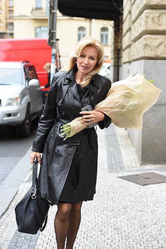 S kyticí přichází Kateřina Brožová.