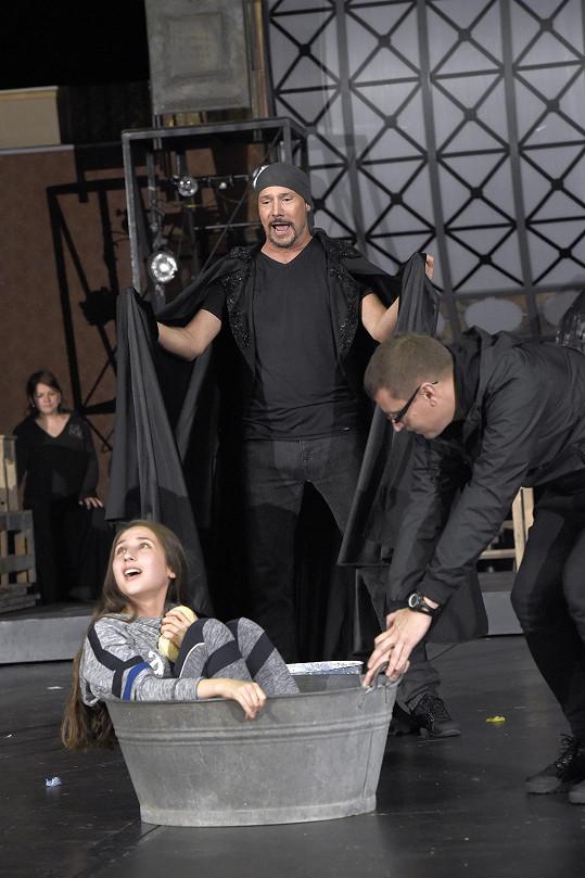 Natálka při scéně, kdy Sára zpívá ve vaně.