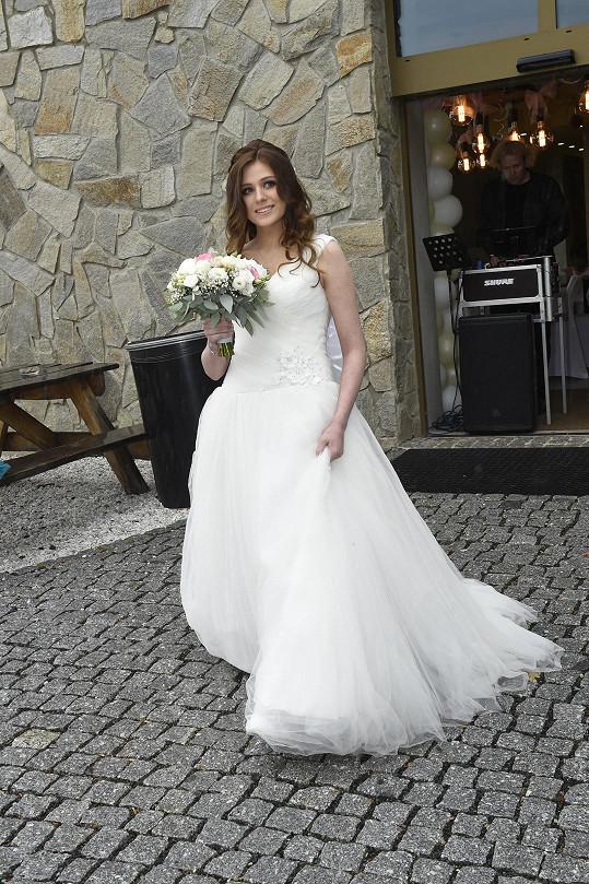 Krásná nevěsta cestou k oltáři
