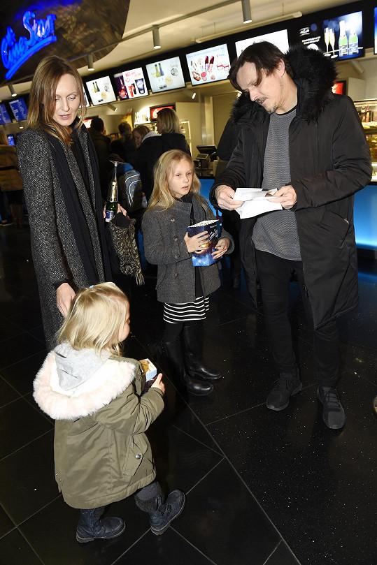 S manželkou a dcerami si vyšli do kina na premiéru filmu Přání k mání.
