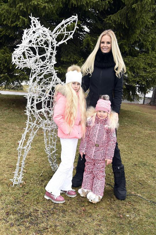 Trojice s dlouhými blond vlasy vypadala krásně.