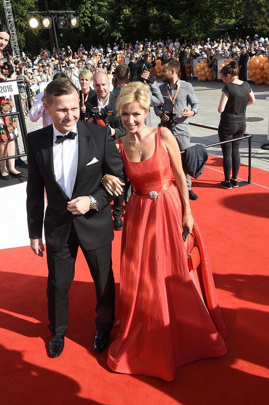 Kateřina Brožová s partnerem zářila ve Varech v červené barvě.
