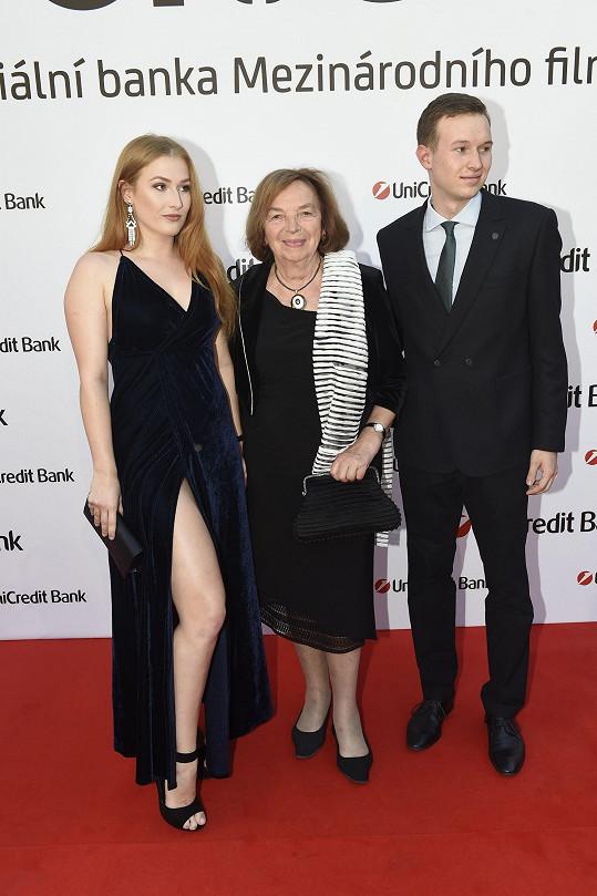 Livia Klausová s vnukem a jeho přítelkyní
