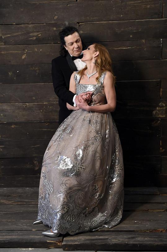 Některé snímky vypadají jako svatební.