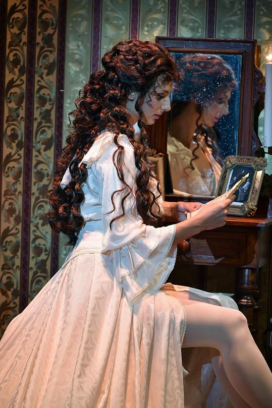 V roli Christine se alternuje s Monikou Sommerovou.