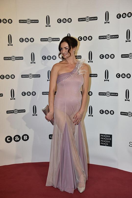 Nejhorší Karlovo dílo - šaty Hanky Kynychové na Plesu v Opeře