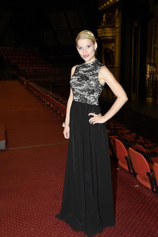 V těchto šatech zářila na zahájení druhé sezóny Fantoma opery.