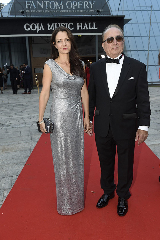 Za příklad si měli vzít Petra Jandu, který na premiéru dorazil také s manželkou.