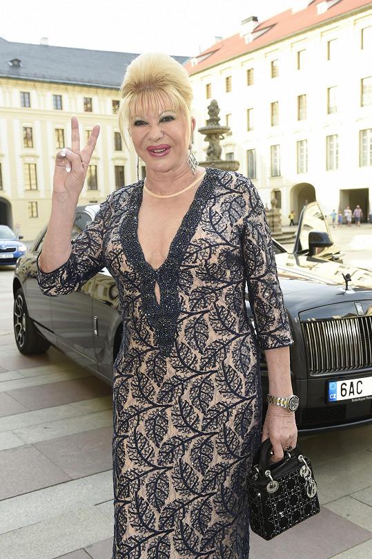 Místo své ikonické kabelky Dior, která se hodí pro civilnější příležitosti, mohla Ivana Trump zvolit spíše psaníčko. Hodiny Submariner od Rolex jsou zase ve sportovním stylu a byznysmenka mohla protentokrát zvolit elegantnější model.