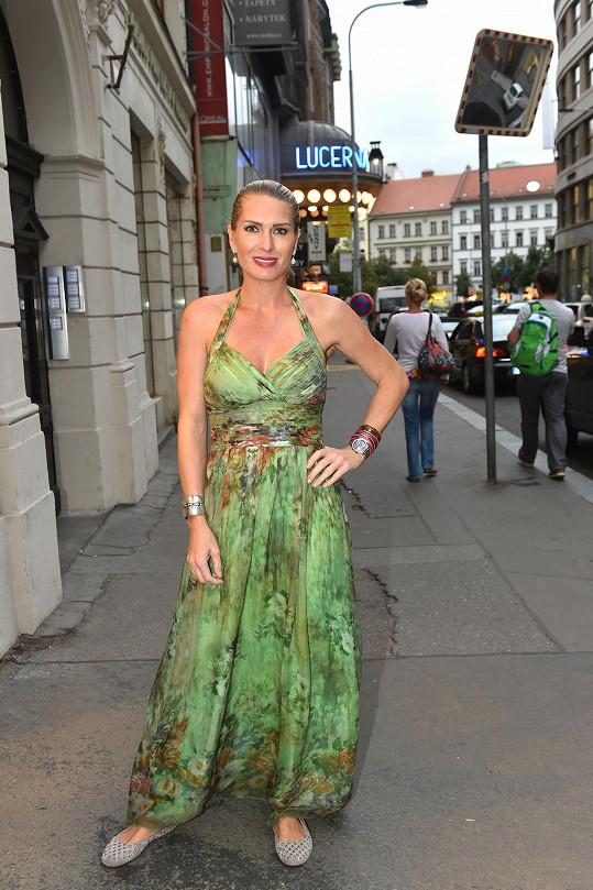 Olga pod tyto šaty rozhodně nemohla obléknout podprsenku.