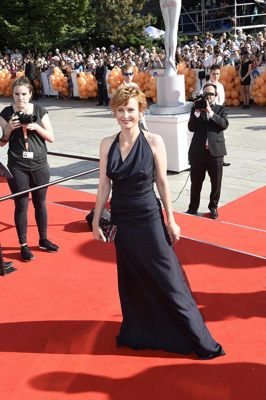 Jitka Schneiderová byla tentokrát éterická v šatech od Diora...