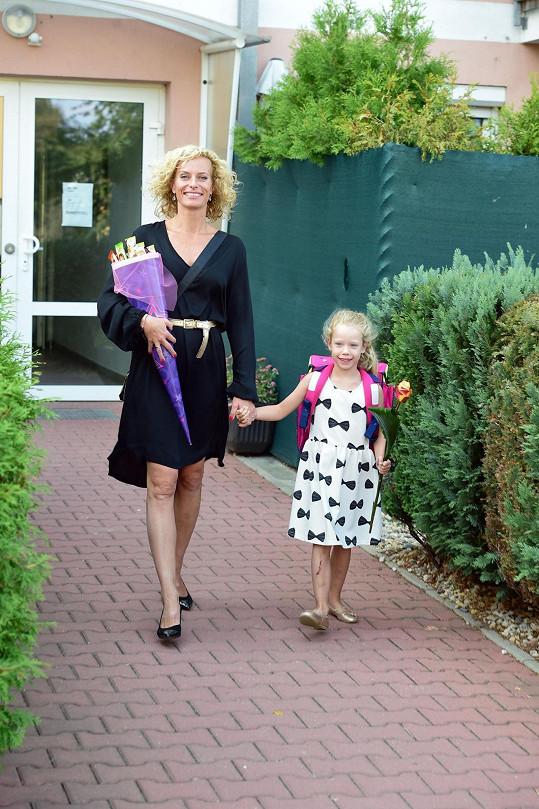 Svou malou dceru vedla letos poprvé do školy.